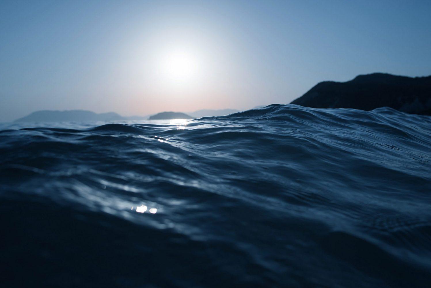 böljande blå vågor